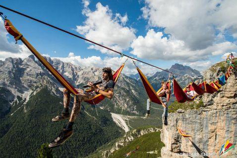 16 божевільних фото з фестивалю Висячих гамаків в Альпах