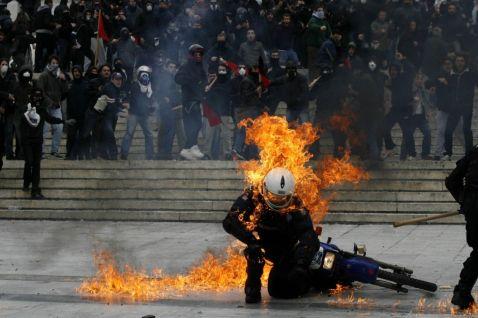 29 сильних зображень масових протестів зі всього світу