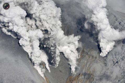 Непереборна сила природи в знімках виверження вулкана