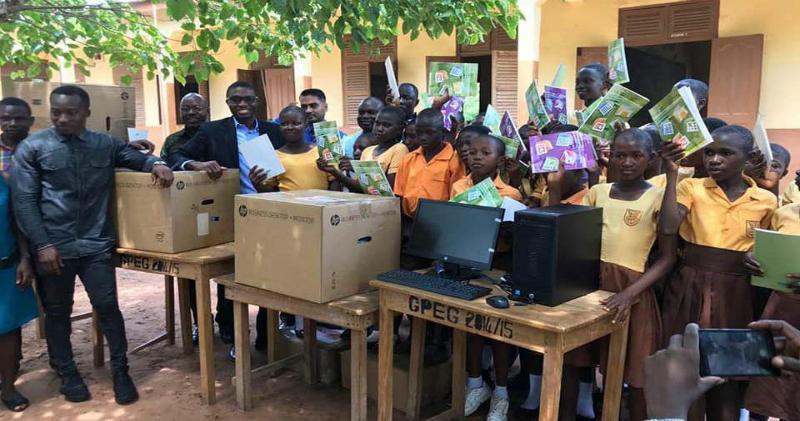 Школярам з Африки, які вивчали інформатику на дошці, подарували комп'ютери