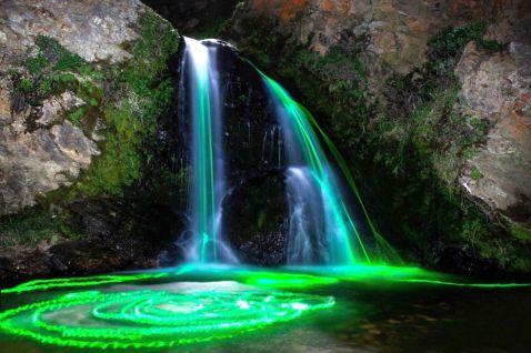 10 магічних фото неонових водоспадів