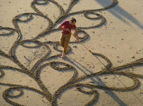 Він стояв на пляжі з граблями в руках... Його вважали божевільним, але незабаром зрозуміли, що він геніальний