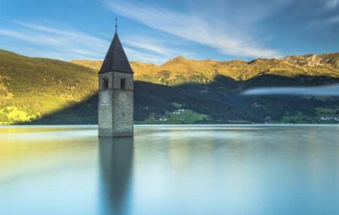 Ця самотня башта знаходиться прямо посеред озера. Які секрети вона приховує?