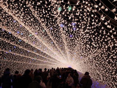 Незвичайне світлове шоу в Японії