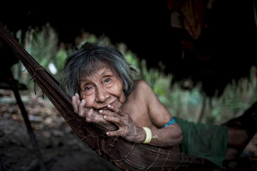 Годують тварин грудьми разом зі своїми дітьми: як живуть люди з дикого племені ава
