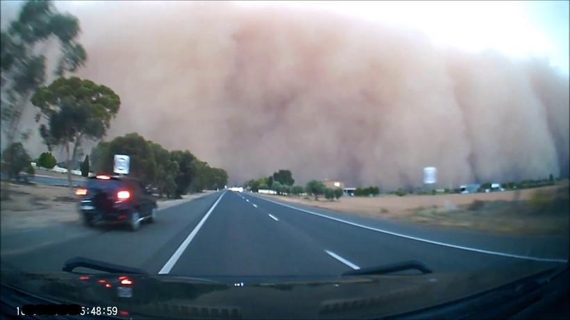 Відео: В одну мить зник світ — водій в'їхав у величезну стіну піщаної бурі