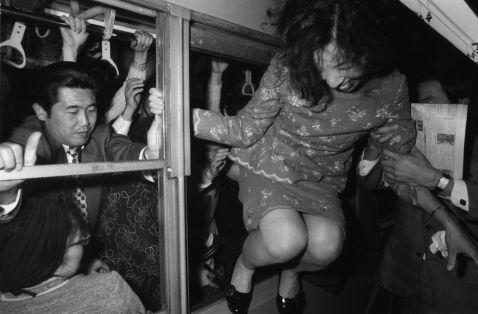 Божевільні знімки громадського транспорту в годину пік в Токіо 60-70 років