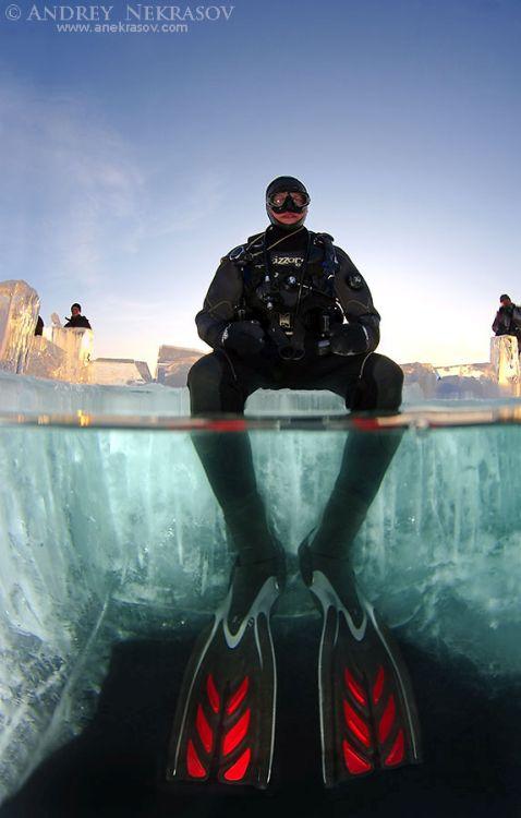 Занурення дайверів під лід Байкалу