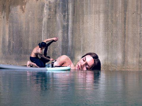 Цей художник пише чудові портрети на стінах, балансуючи на дошці для серфінгу!