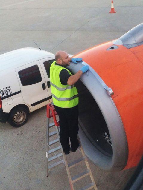 Цей чоловік лагодить пасажирський літак за допомогою скотчу?!