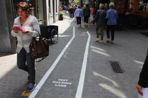 У Бельгії телефонним «наркоманам» виділили власні смуги на тротуарах!