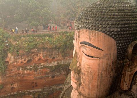 15 величезних статуй світу