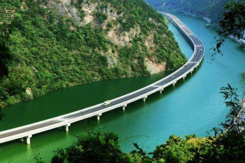 У Китаї побудували самий дивний міст у світі — уздовж річки!