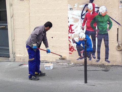 Художник, побачивши як прибиральник зафарбовує його малюнок, зробив щось неймовірне!