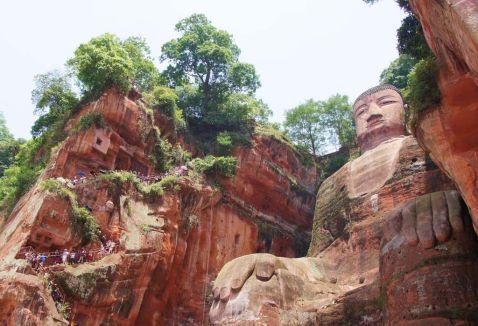 Гігантський Будда. Дивовижні знімки однієї з найбільш екстраординарних статуй у світі