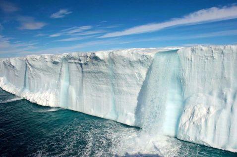 Величезні водоспади в льодовиках заповідника Свальбард