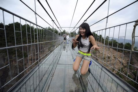 Туристи бояться ходити по новому моторошному скляному мосту в Китаї!
