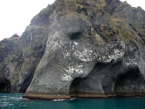 Ти не повіриш своїм очам, коли побачиш цю скелю, розташовану в Ісландії!