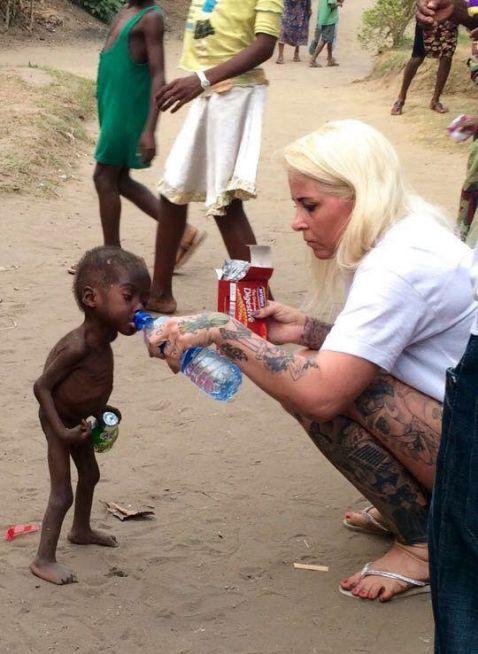 Цього 2-річного малюка знайшли вмираючим на вулиці в Африці...