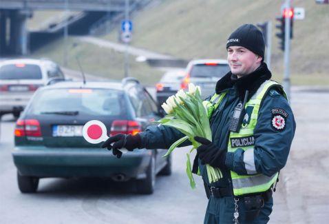 Тільки подивися, що зробили литовські поліцейські на 8 березня цього року!