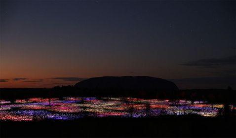Художник перетворює пустелі і поля в сюрреалістичні казки за допомогою світла