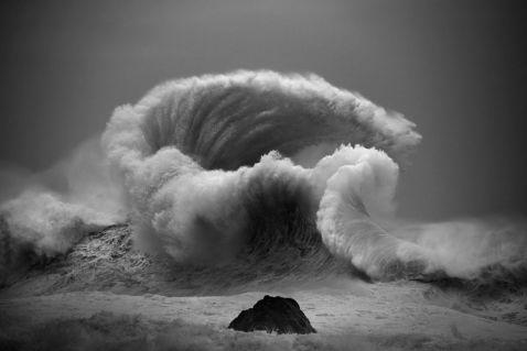 10 вражаючих знімків величної мощі океанських хвиль від Люка Шедболта