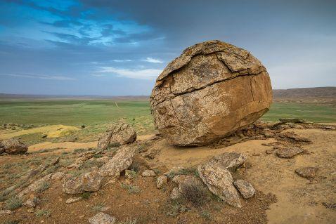 Розгадка таємниці дивної долини куль в Казахстані