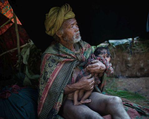 11 драматичних сцен з життя зникає племені