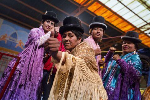 Чолитас в Болівії — жіночий реслінг в національному одязі