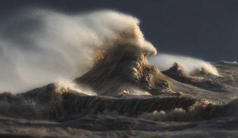 18 неймовірних знімків про силу хвиль на грозному озері Ері