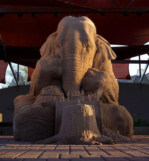 Світ підкорила пісочна скульптуру слона, який грає в шахи з мишкою, выполенная в натуральну величину