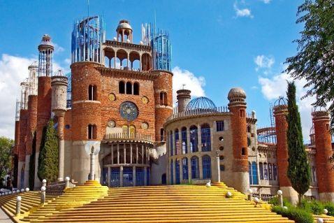 Ось уже 55 років він самостійно будує величезний собор в Іспанії