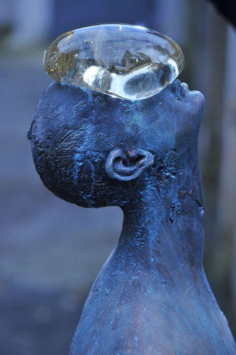 У Києві з'явилася дивовижна скульптура гігантської краплі дощу на обличчі людини