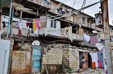 Нетрі Баку і діти, які живуть у отруйної кислоти