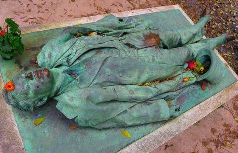 У Парижі знаходиться найсексуальніша могила в світі