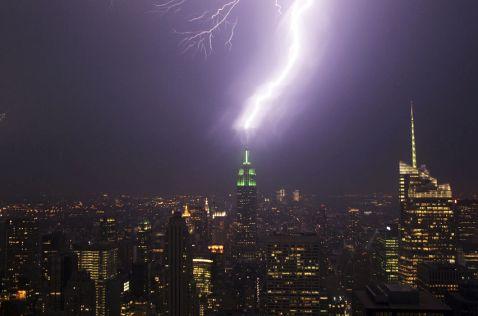 17 вражаючих фото найпотужніших ударів блискавок у різних куточках світу