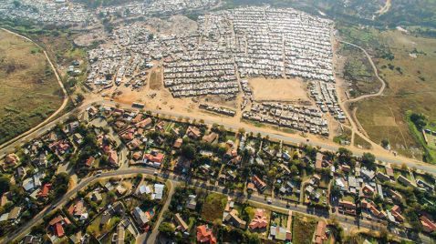 11 пам'ятних дрон-фото, на яких бідність і багатство розділені однією смугою