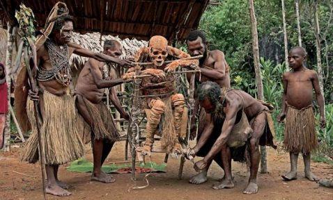 Шокуючі звичаї племені папуасів: 5 знімків, які складно забути