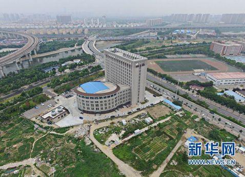 У Китаї побудували будівлю університету, схоже на гігантський унітаз