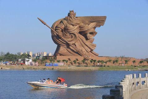 У Китаї представили епічну статую бога війни вагою в 1320 тонн