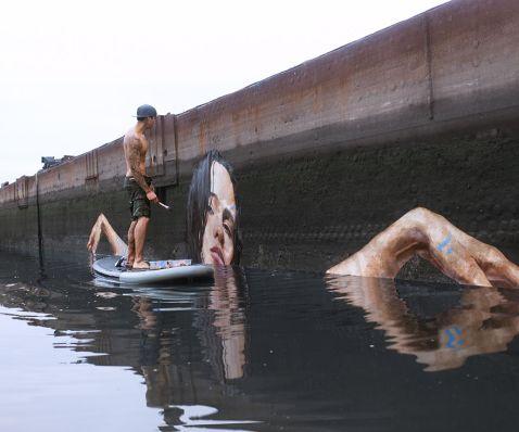 Художник створює приголомшливі водні мурали, балансуючи на дошці для серфінгу