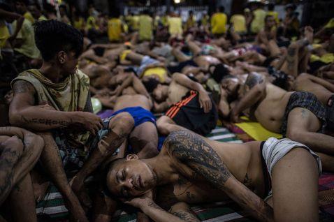 Шокуючі фотографії з в'язниці на Філіппінах