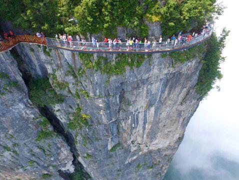 У Китаї відкрили страшну скляну стежку на висоті 1400 м над прірвою!