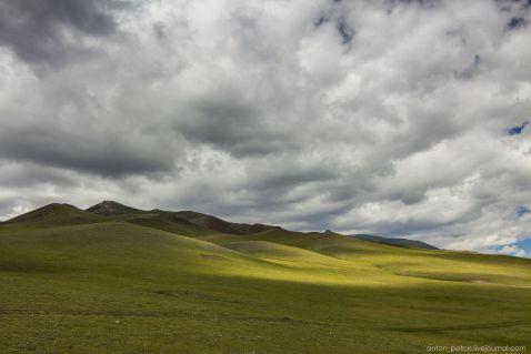 Серед зелених пагорбів
