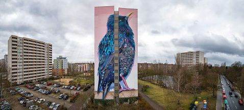 Здається, це просто гігантський птах на одному з будинків Берліна, але...