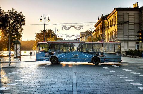 Вуличний художник змусив тролейбус у Вільнюсі «зникнути»