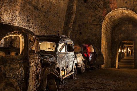 Покинутий тунель з ретро-автомобілями, куди може потрапити кожен бажаючий