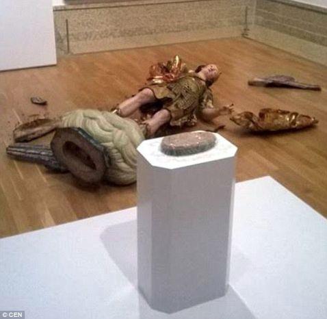 Турист, роблячи селфи, розбив статую XVIII століття в музеї Лісабона