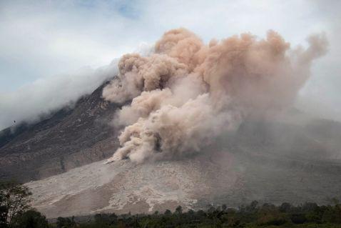 Приголомшливі виверження вулканів 2016 року, що зачаровують своєю красою