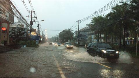 Затоплене Самуї туристи пересуваються на надувних човнах